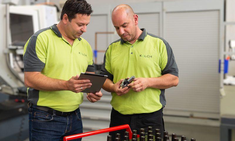 Techniker von KELCH (v.l.n.r. Kurt Bening, Josef Macrovassilis) prüfen die Einträge für KELCH-Werkzeugaufnahmen in der Tool-Arena.