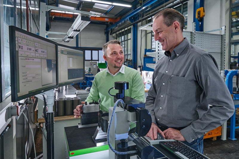 Industrie 4.0-Prozesse: Beispielanwendung am Werkzeugeinstellgerät KENOVA set line H3: KELCH-Berater Bastian Birkenfeld und Frank Erbstößer, Leiter der Einstellerei bei Schütte.