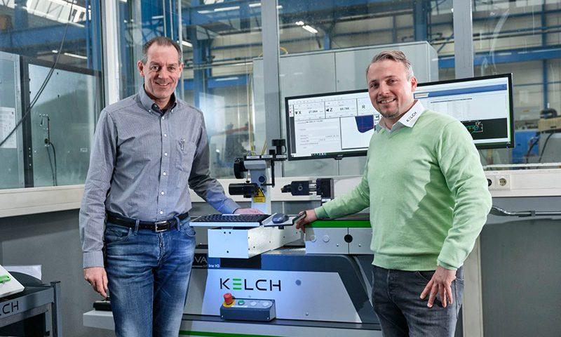 (v.l.:) Frank Erbstößer (Schütte) mit Bastian Birkenfeld (KELCH) am Steuerpult des Werkzeugeinstellgeräts KENOVA set line H3.