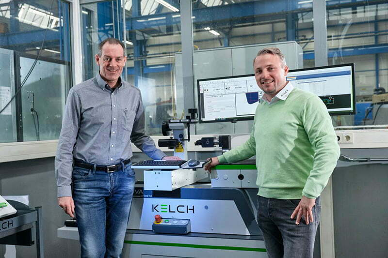 (from left:) Frank Erbstößer (Schütte) with Bastian Birkenfeld (KELCH) standing at the control panel of the KENOVA set line H3 tool presetter.