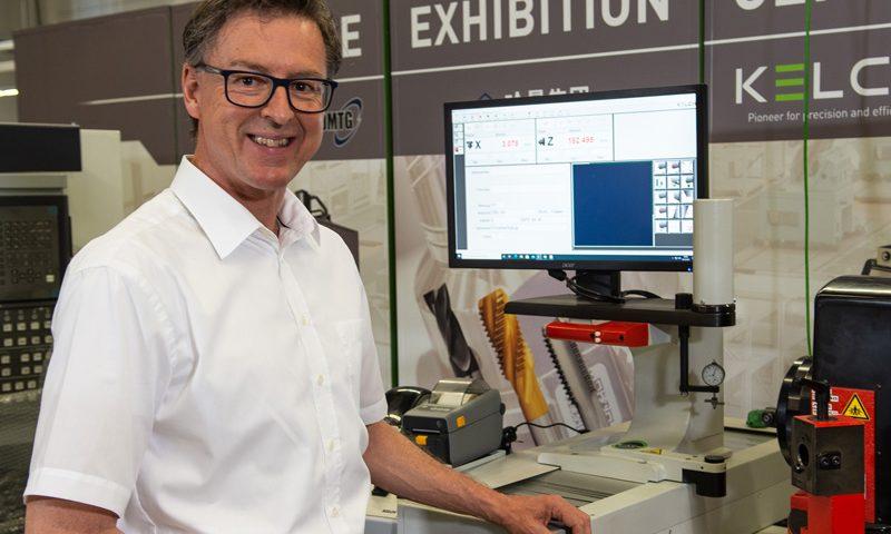 Günter Schwegler, verantwortlich für den After Sales Service bei KELCH, präsentiert den Retrofit anhand eines Werkzeugvoreinstellgeräts Sirius C.